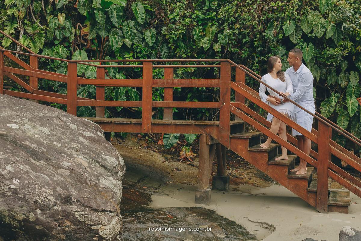 ensaio de casal na escada da praia, casal na escada da praia de Iporanga são paulo sp