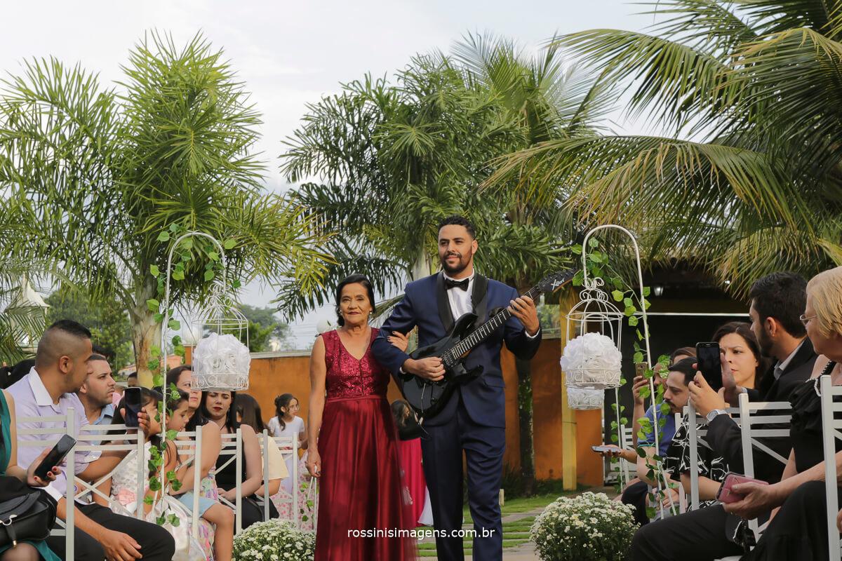 entrada do noivo com sua mae de vermelho