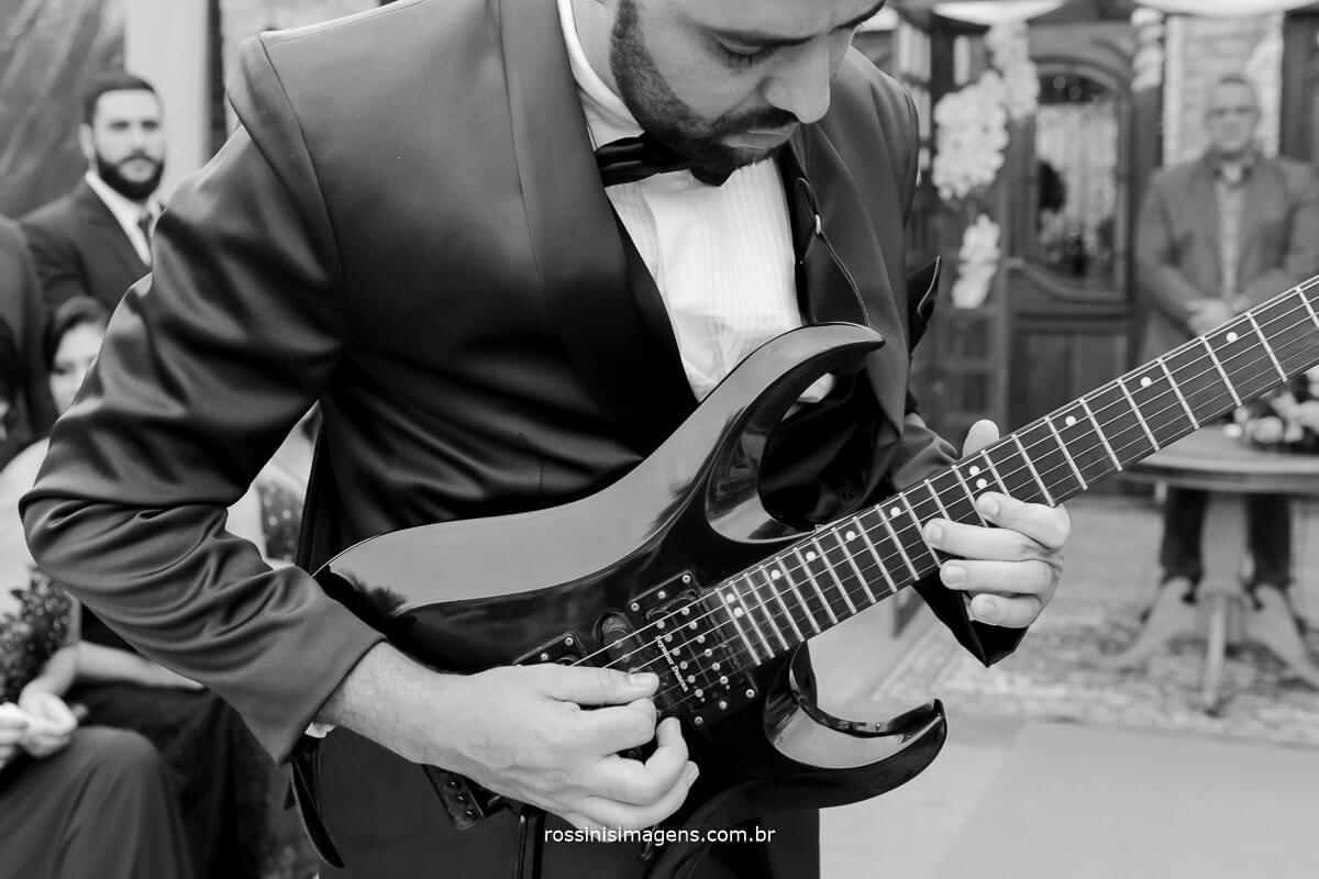 noivo tocando guitarra, musica, som clipe de casamento, fotografia de casamento, filmagem de casamento em poa
