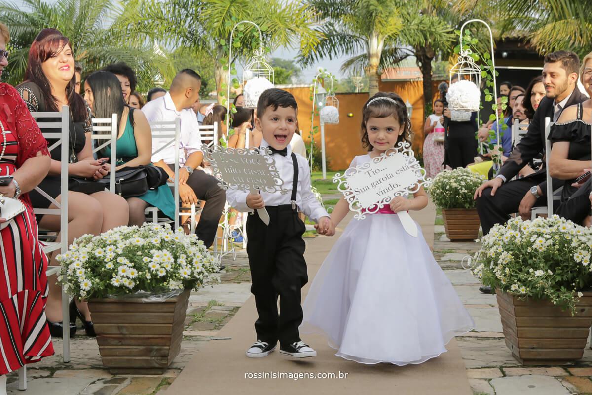 entrada das plaquinhas no casamento com as crianças