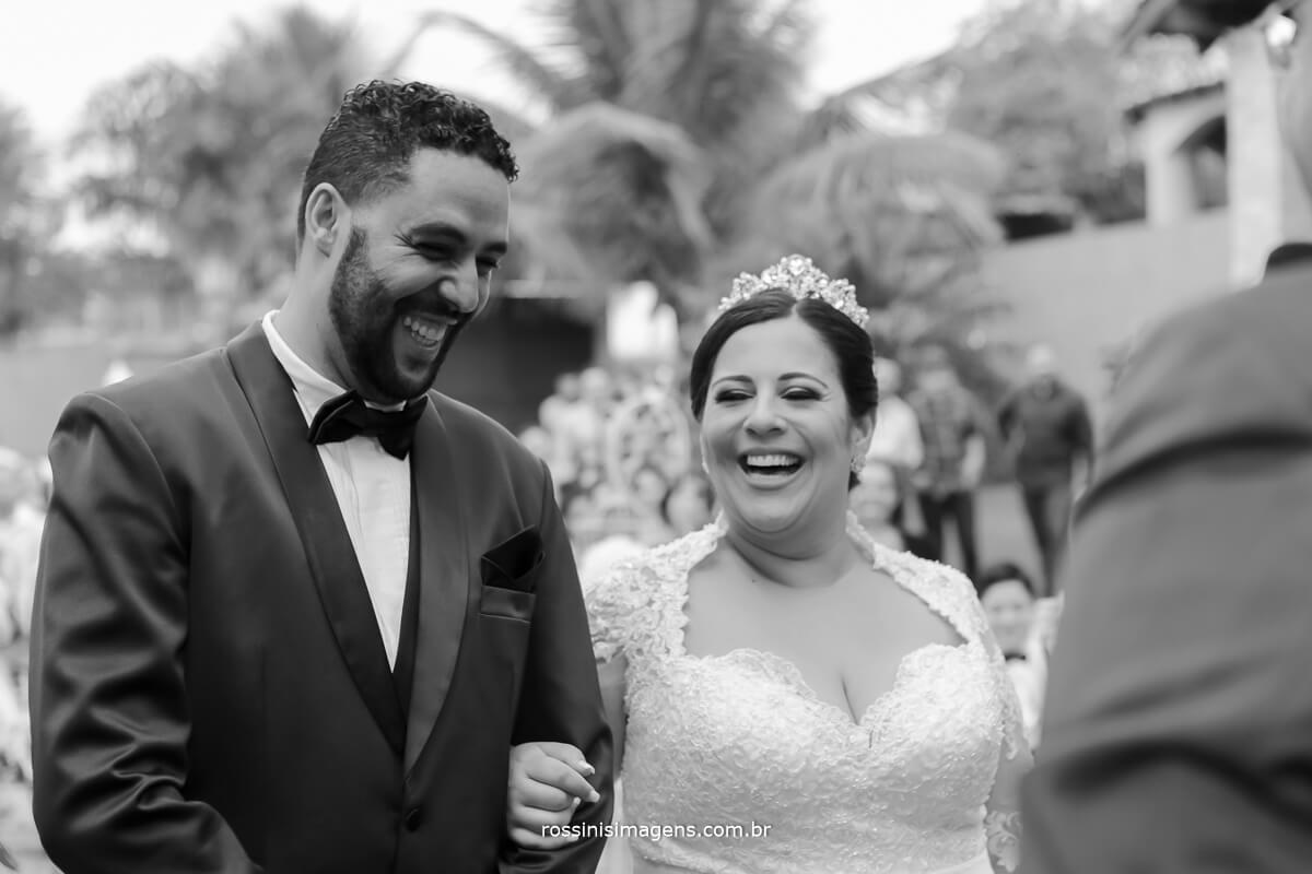 noiva de branco, rindo, casal feliz