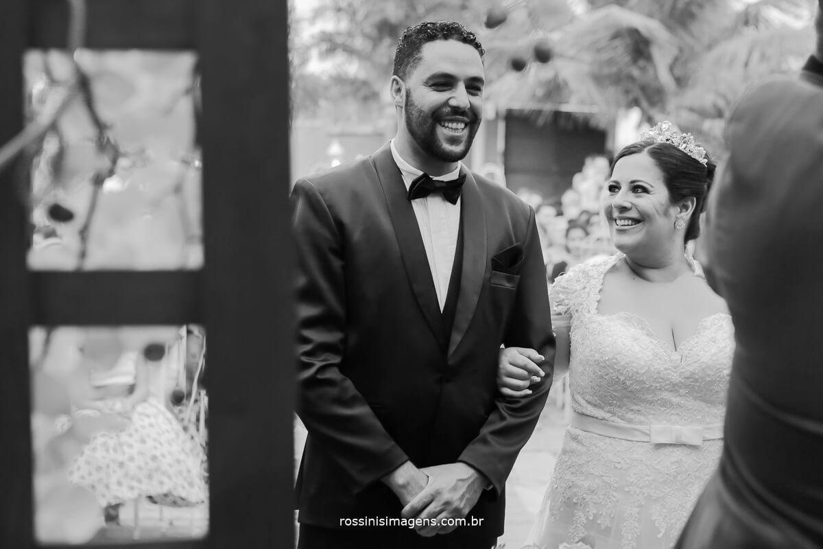 noivos felizes casando em poa no casarão baronesa com assessoria de pamela salzgeber
