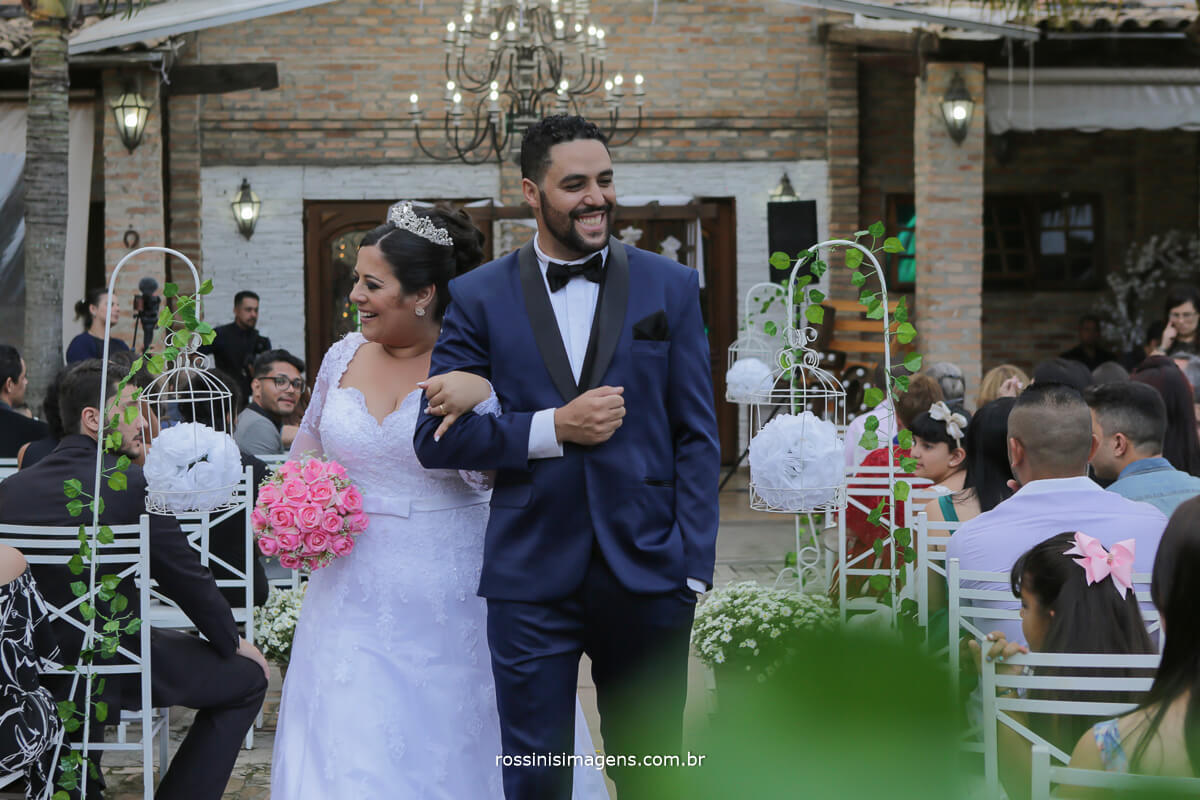 saida dos noivos, camila e ramon