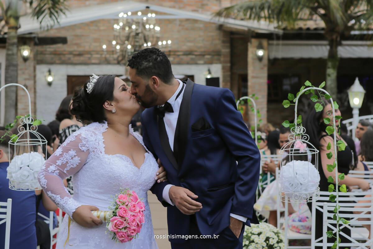beijo de casados no meio do corredor, casamento em poa ramon e camila
