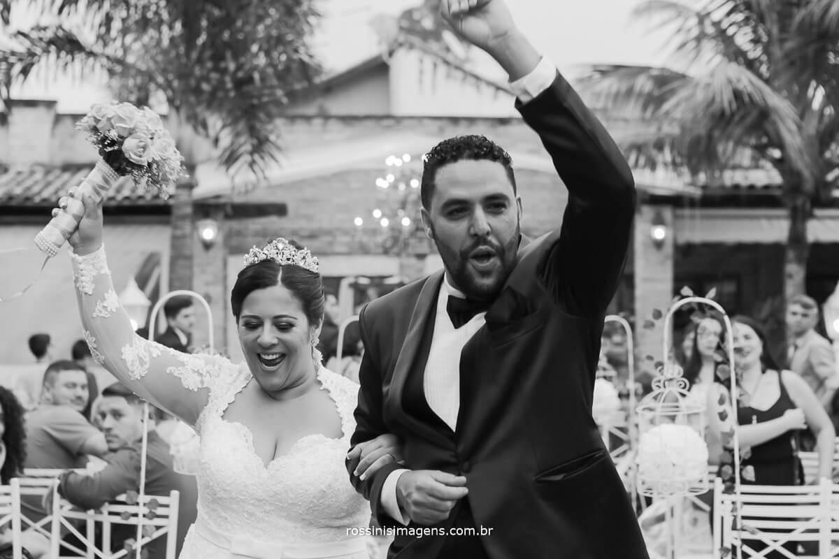 animacao dos noivos na saida muito animada