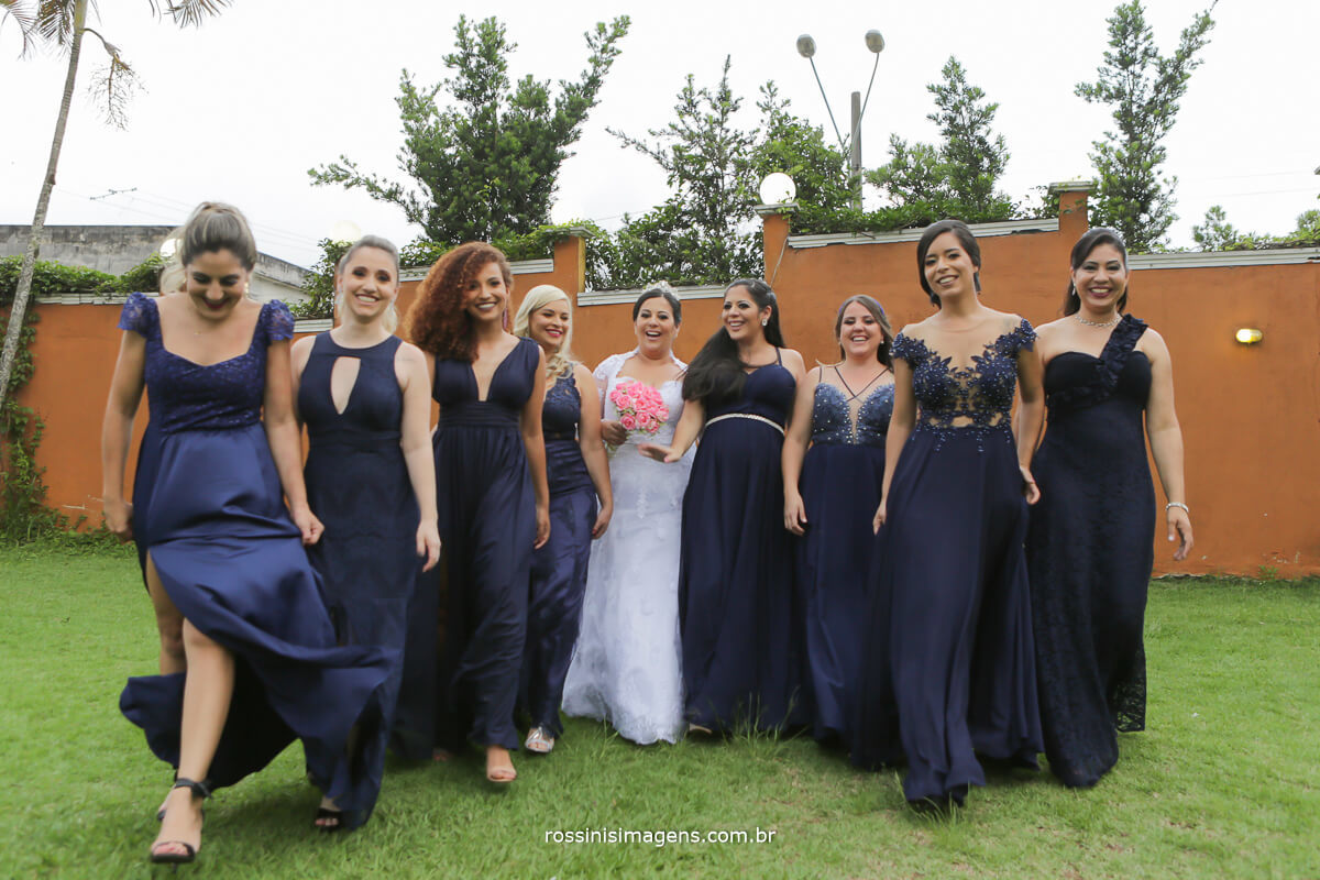 sessão de fotos no casamento madrinhas e a noiva