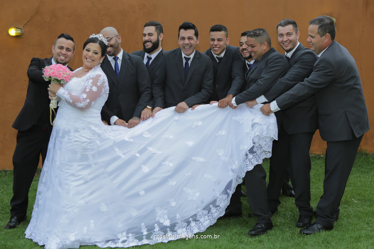 sessão de fotos dos padrinhos com a noiva