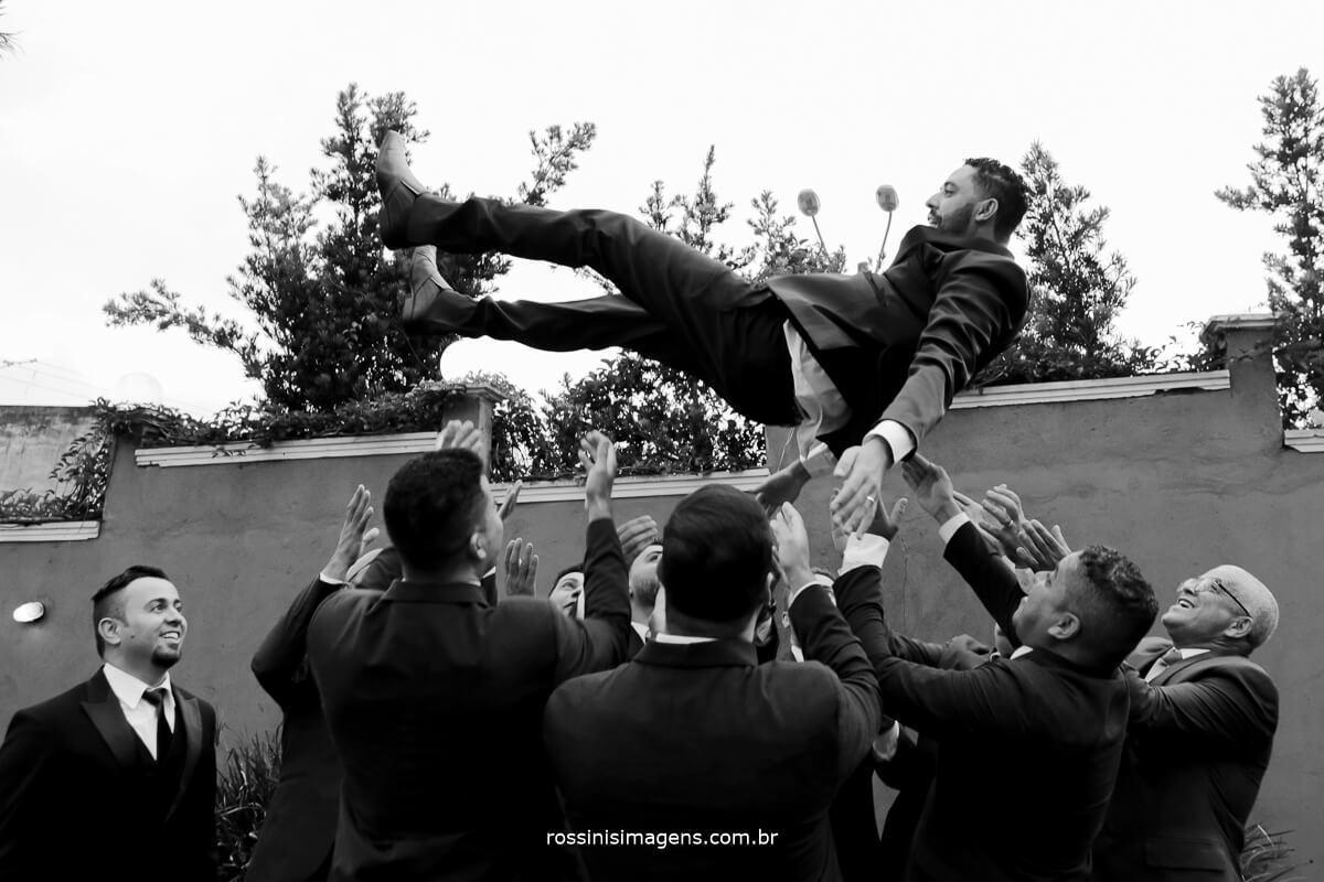 fotografia dos padrinhos jogando o noivo para o alto casamento camila e ramon , casamento em poa, casarão baronesa poa