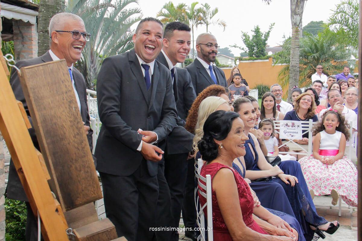 pais e padrinhos rindo durante a cerimonia de casamento em poá-sp
