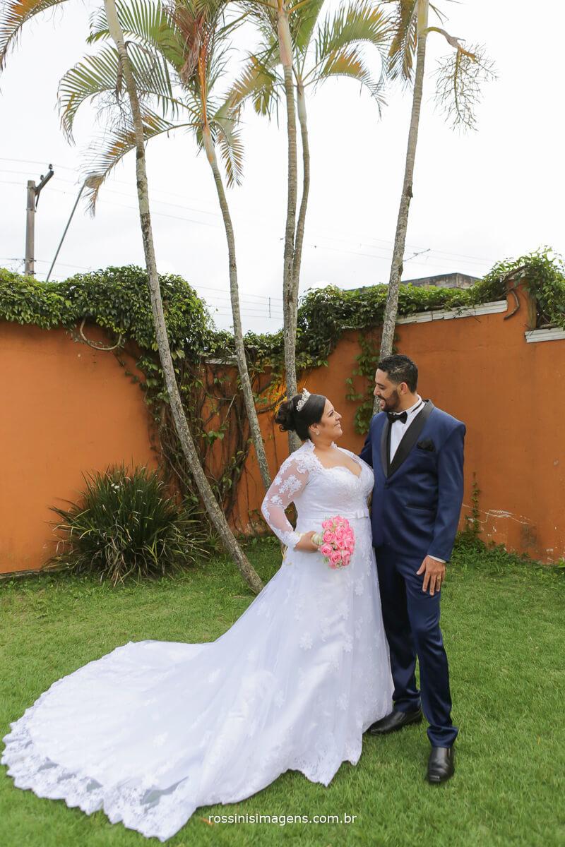 foto dos noivos abracados se olhando na sessão de fotos apos a cerimonia de casamento