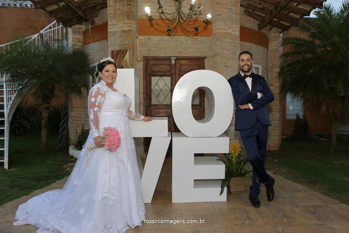 foto e video do casamento no casarão baronesa noivos a frente do love, letreiro love