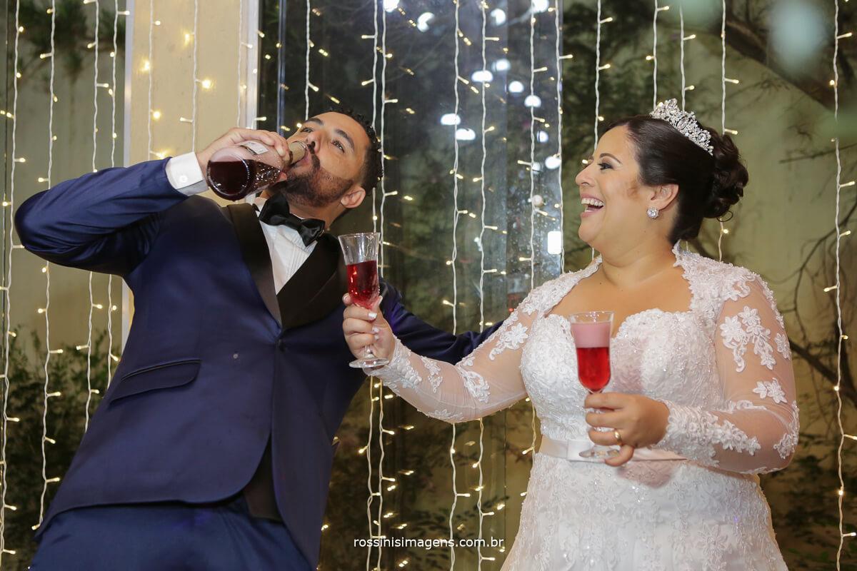 noivo bebendo na garrafa, bebida e noivo, casamento animado, alegria