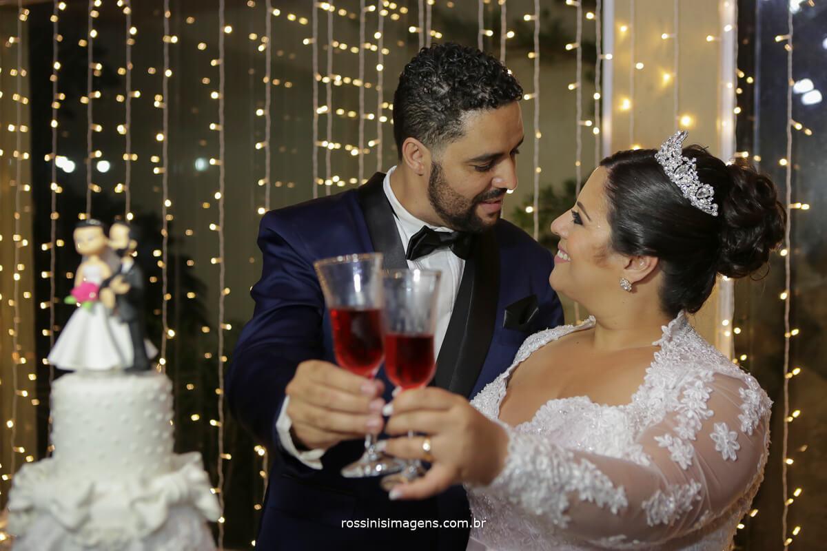brinde dos noivos na mesa do bolo no casarão baronesa em poá - fotografia em poa, fotos em poa