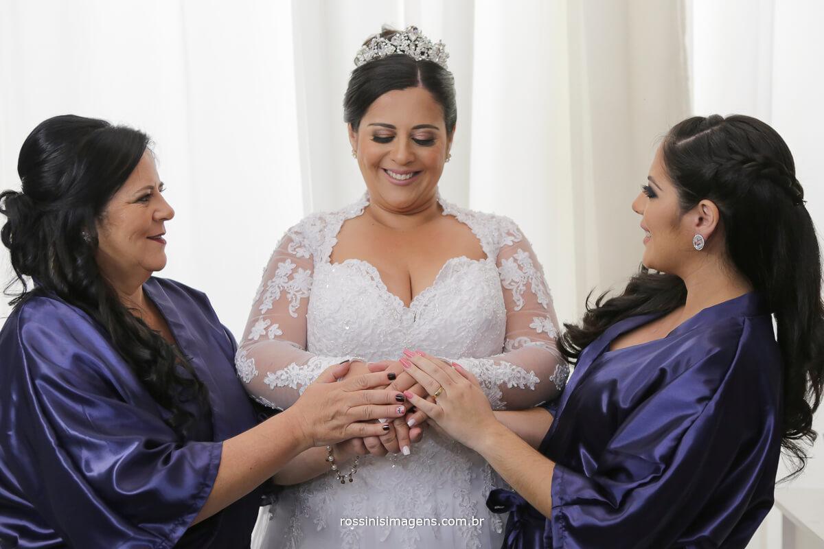 mãe, noiva e irmã, passando energia positiva para o grande dia, dia do casamento roby personalizado, noiva de branco com madrinha e mae