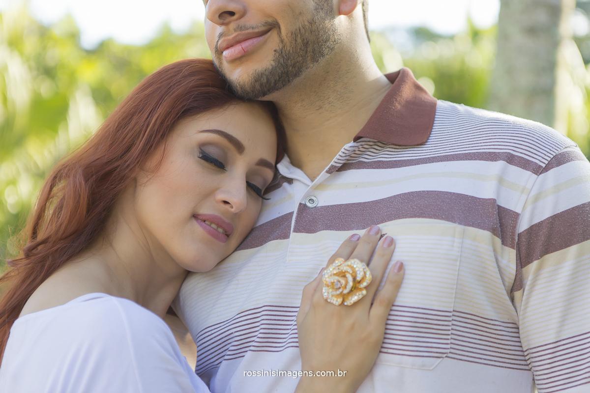 fotografia de casal na praia em ensaio pre casamento