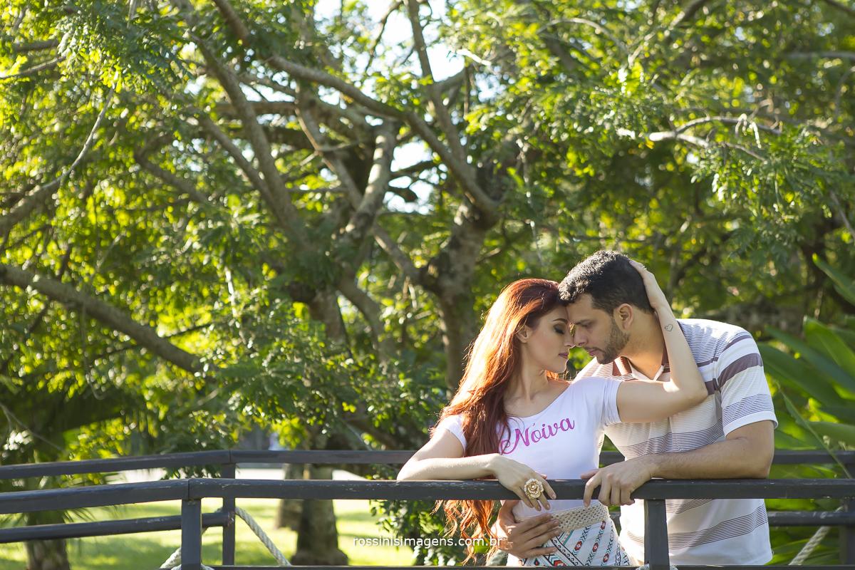 noivos romanticos e apaixonados, fotografo de ensaio casal pre casamento e praia