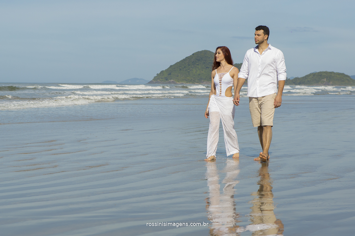 casal caminhando na beira do mar, lili e diogo, fotografo de ensaio casal pre casamento e praia rossinis imagens