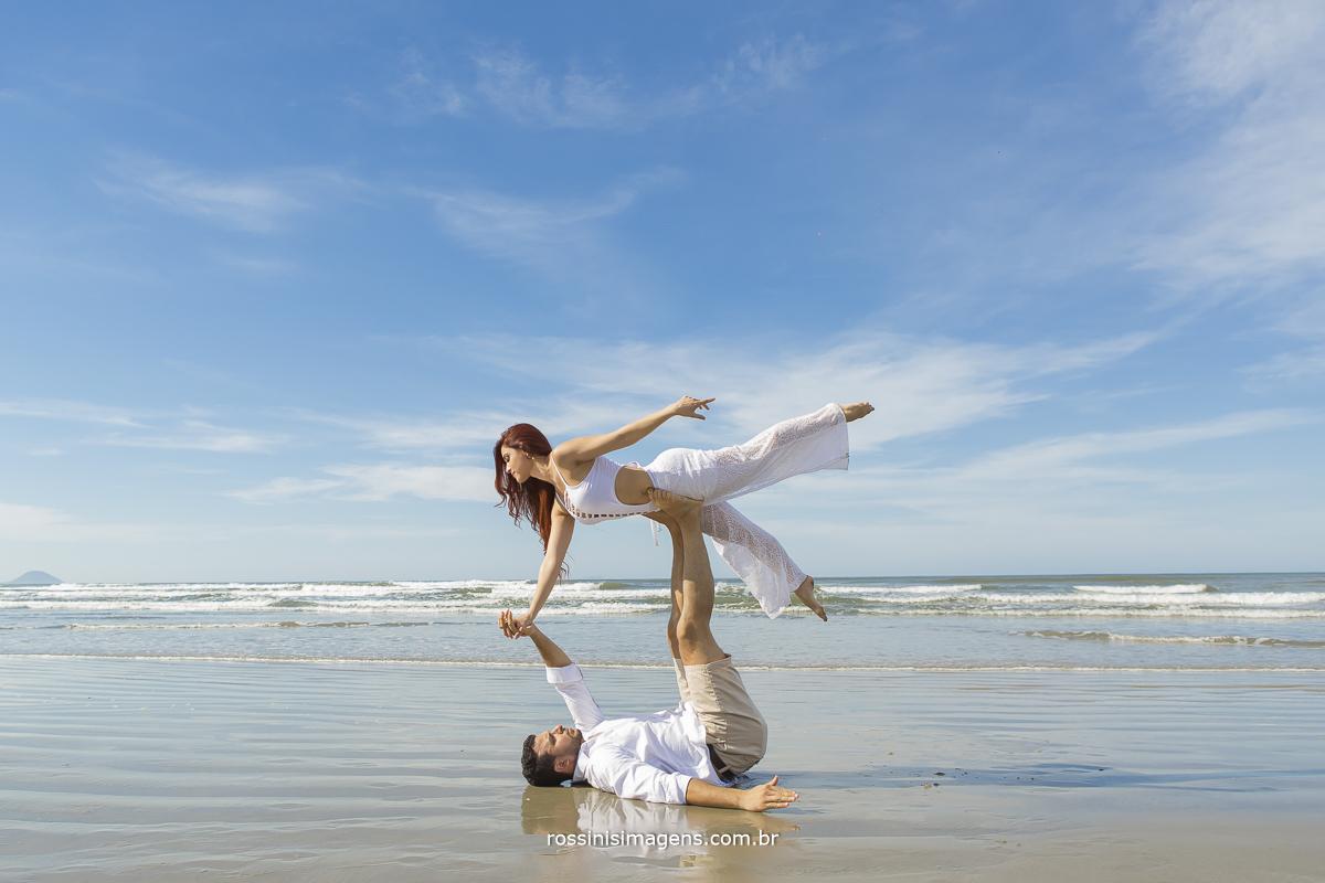 acro yoga no beira do mar, casal ensaio fotografia, rossinis imagens, danca