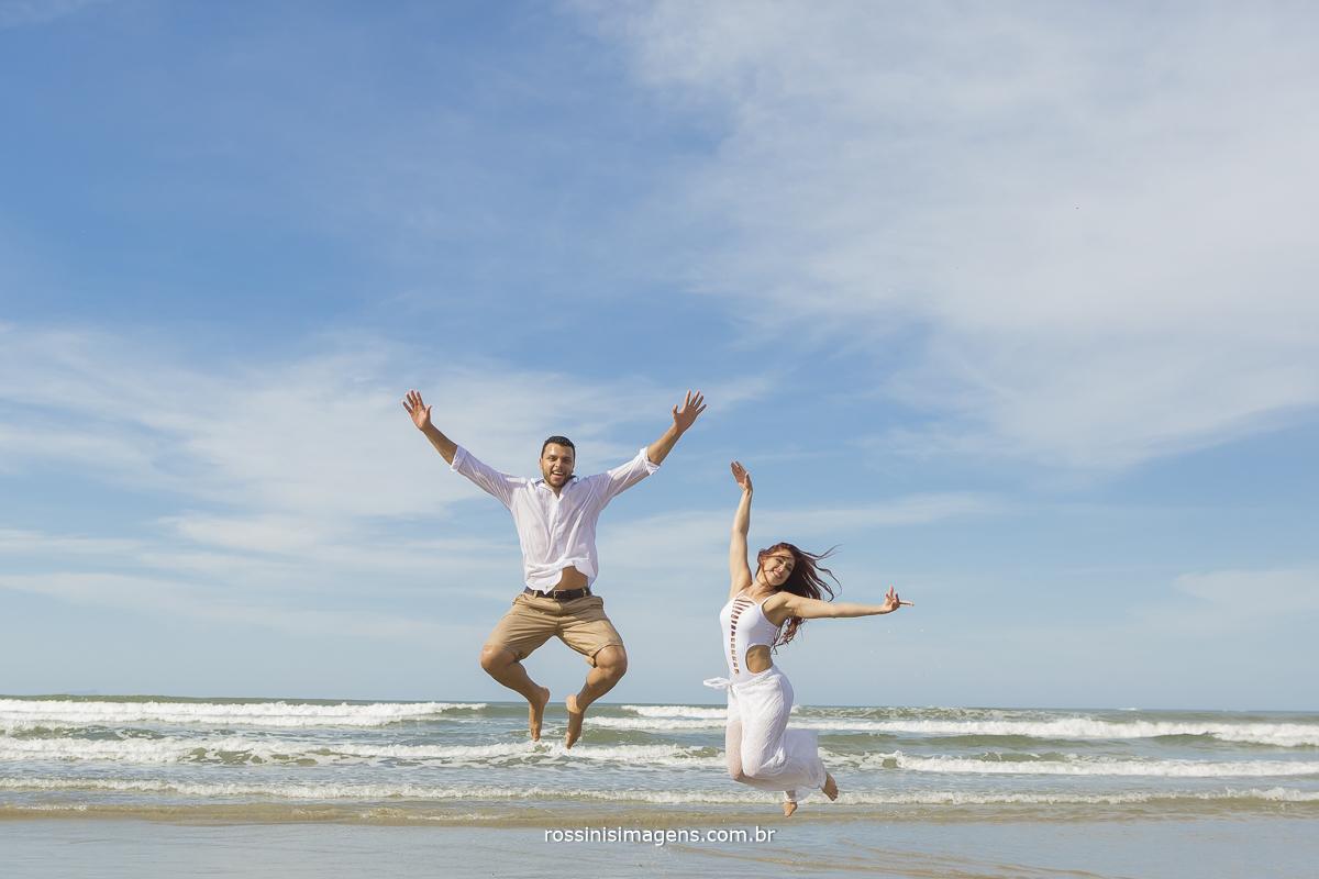 lili e diogo pulando juntos casal ensaio na praia