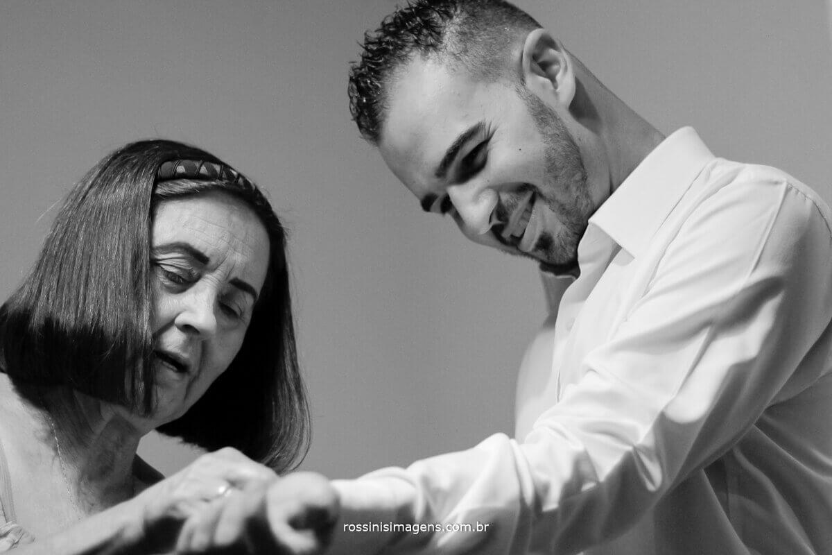 vó ajudando o noivo a fechar a camisa para o casamento making of dia do noivo rossinis imagens suzano sp