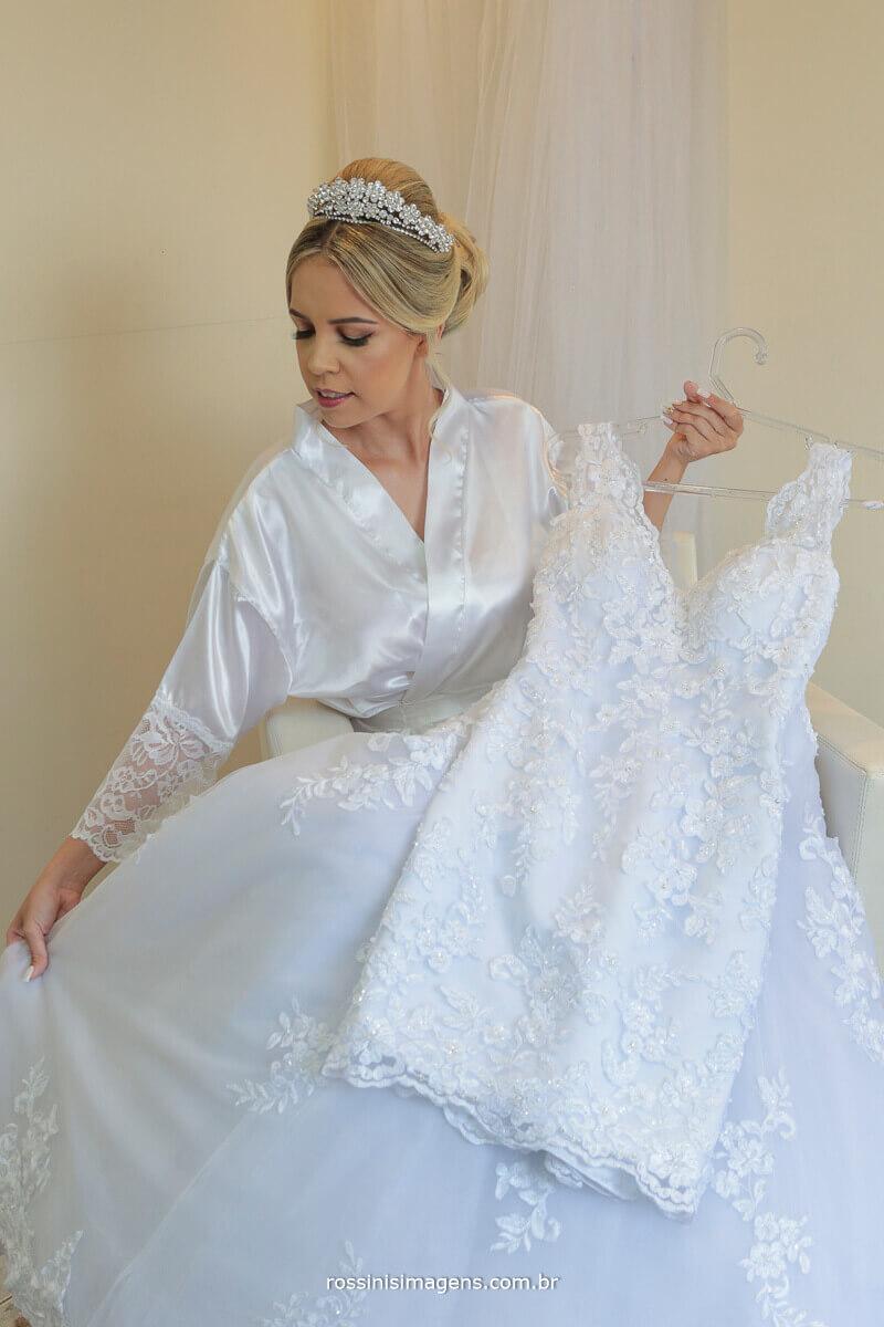 noiva e o vestido brando que usara no casamento, prova de vestido, prova de penteado rossinis imagens