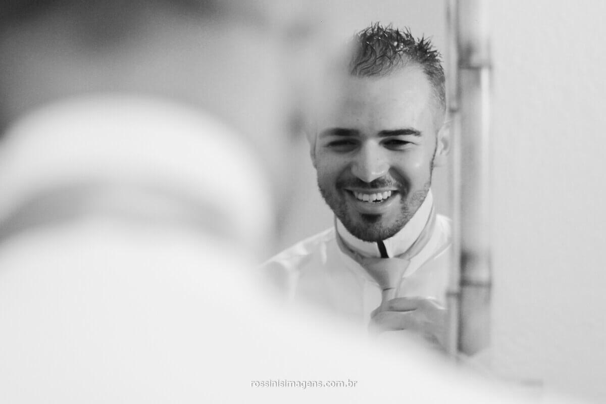 fotografia de casamento em poa rossinis imagens reflexo do noivo no espelho