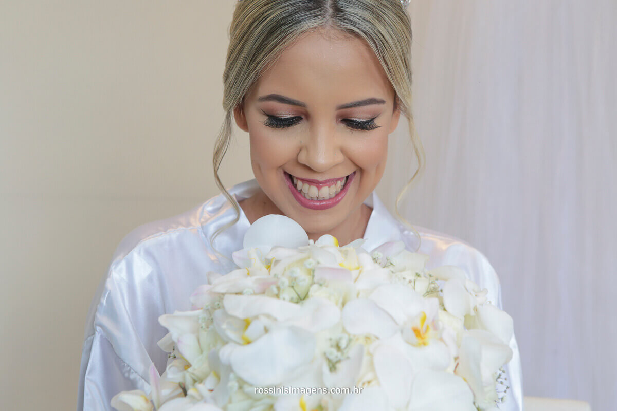 noiva feliz noiva rindo, mostrando a maquiagem excelente e um incrível sorriso