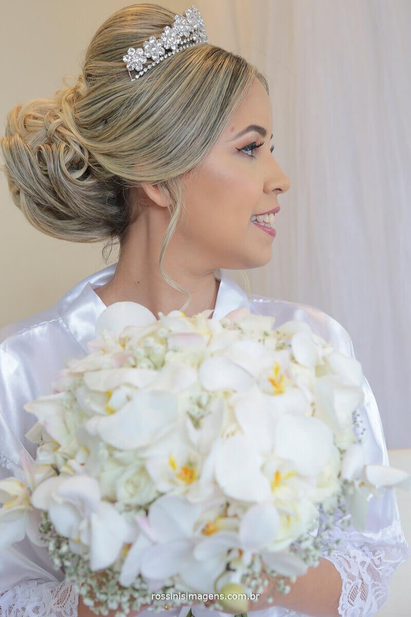 penteado de noiva para o casamento com coque, fotografia de casamento making of da noiva