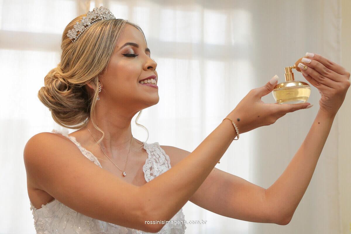 noiva linda passando perfume lily, noiva usando boticario, noiva passando perfume