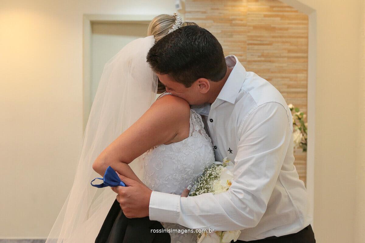 irmão da noiva dando um abraço na noiva chorando