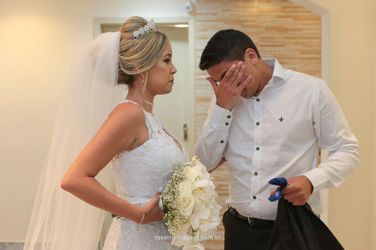 irmão da noiva chorando ao ve-lá no making of