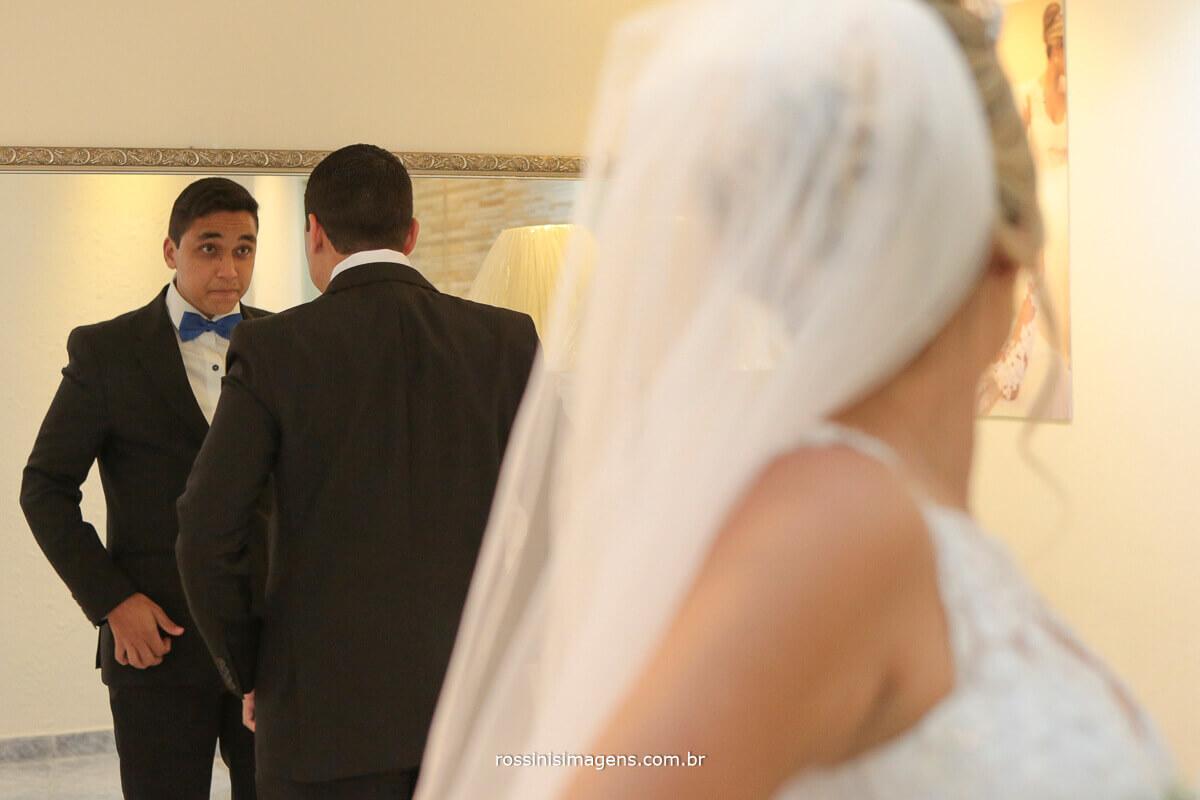 noiva virando para traz para ver o irmão que esta olhando no espelho chorando, making of dia da noiva salão leandro fernandes foto com rossinis imagens