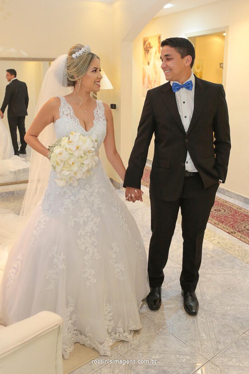 fotografia de casamento rossinis imagens, wedding day, noiva e irmão de mãos dadas e com o buquê