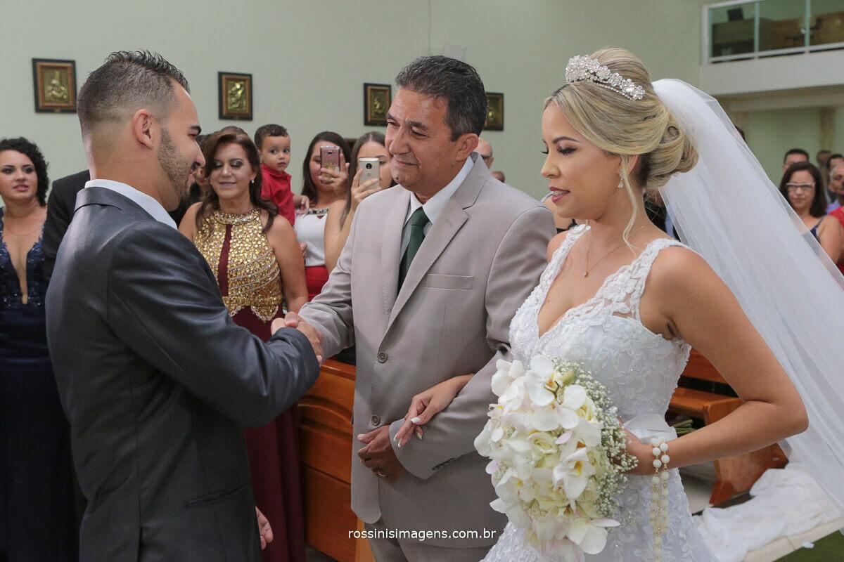 noivo  cumprimentando o pai da noiva no altar