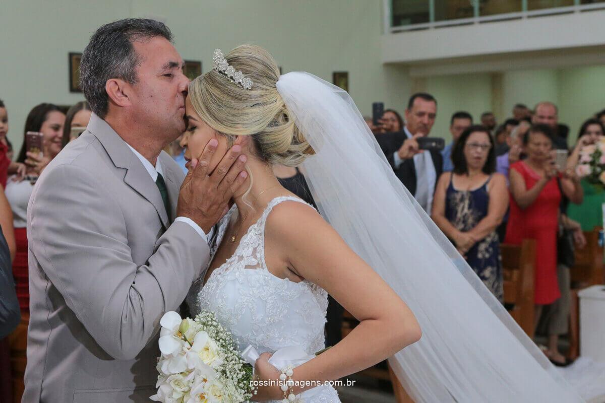 pai dando beijo na testa da filha no altar