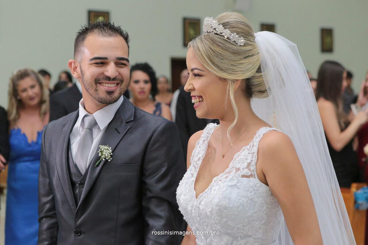 noiva e noivo se olhando no altar