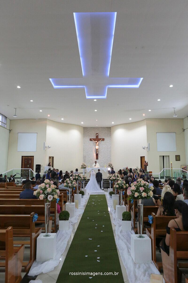 fotografia de casamento em igreja, foto do altar com o noivos e o padre ao centro
