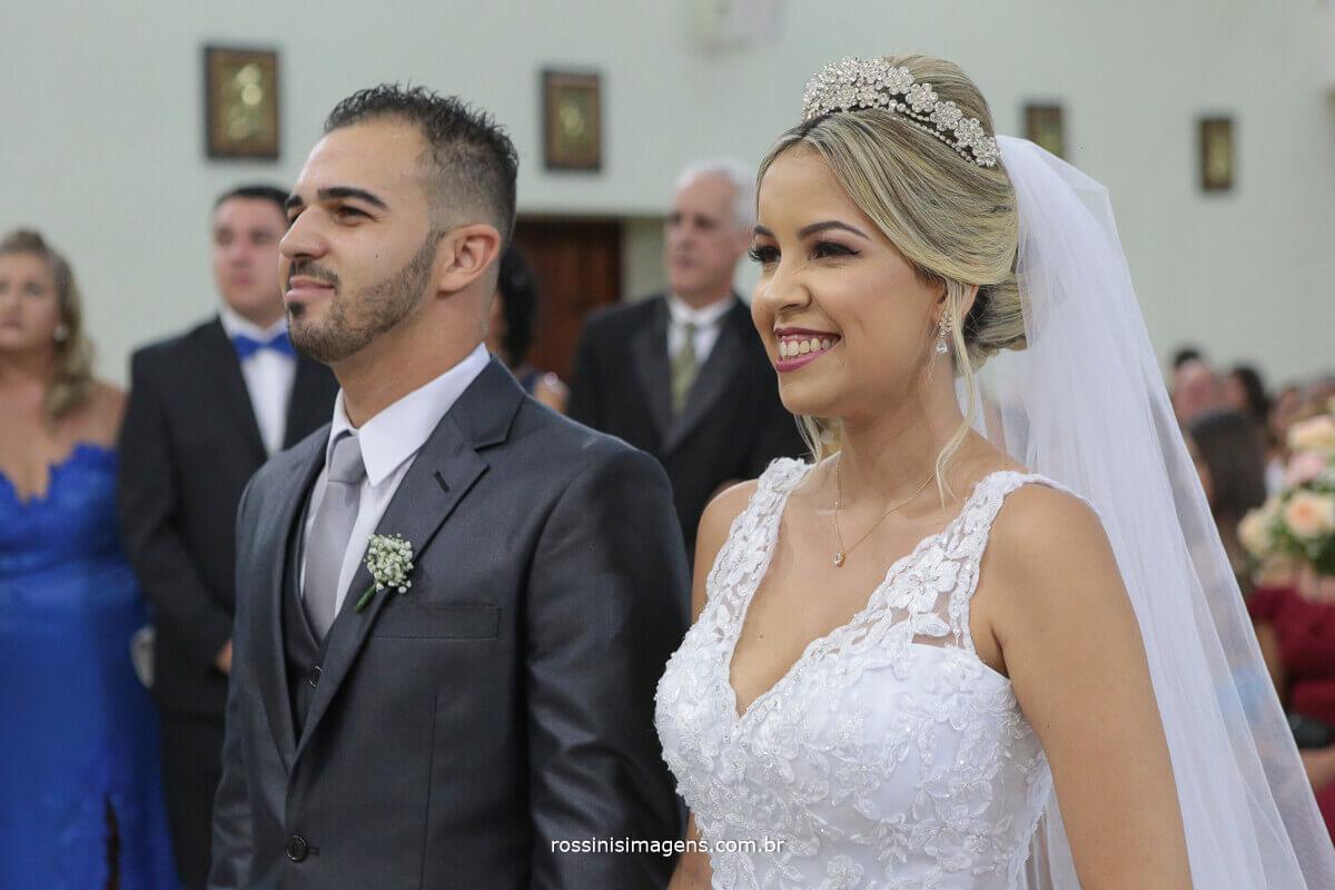 noivo e noiva felizes e sorridentes, casamento em igreja, casamento, poá, ferraz, suzano, mogi, rossinis imagens