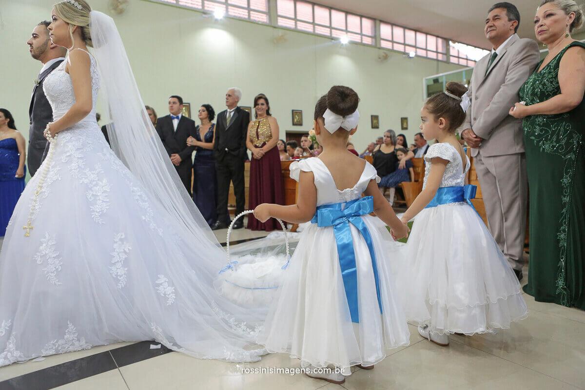 daminha de mãos dadas na cerimonia de casamento em igreja, fotografia criativa diferente, ideias e dicas para casamento, rossinis imagens