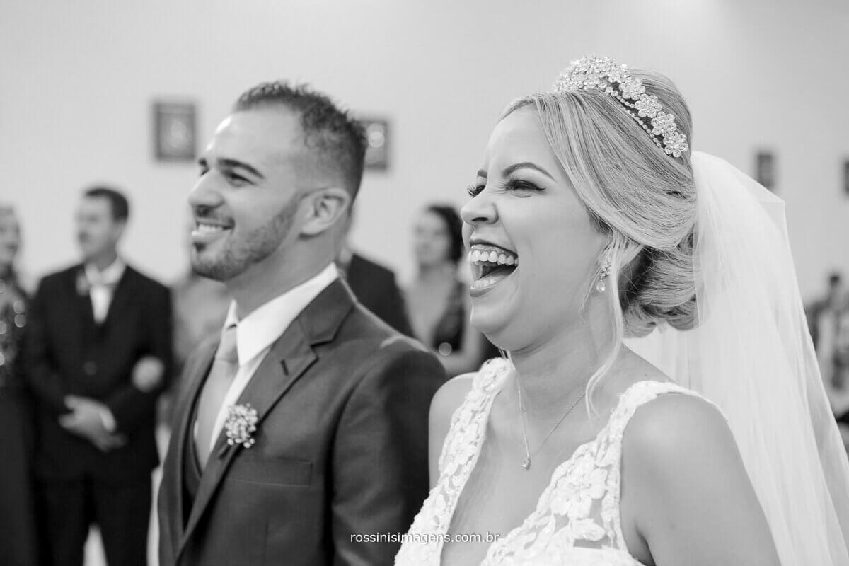 noiva dando gargalhada na cerimonia de casamento, felicidade