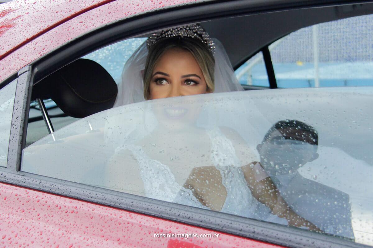 noiva olhando para seu pai no reflexo do vidro do carro