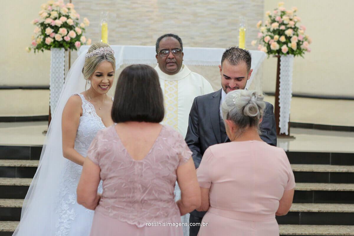 avos entregando as alianças e a imagem da nossa senhora aos noivos, foto de casamento, rossinis imagens, eventos sociais