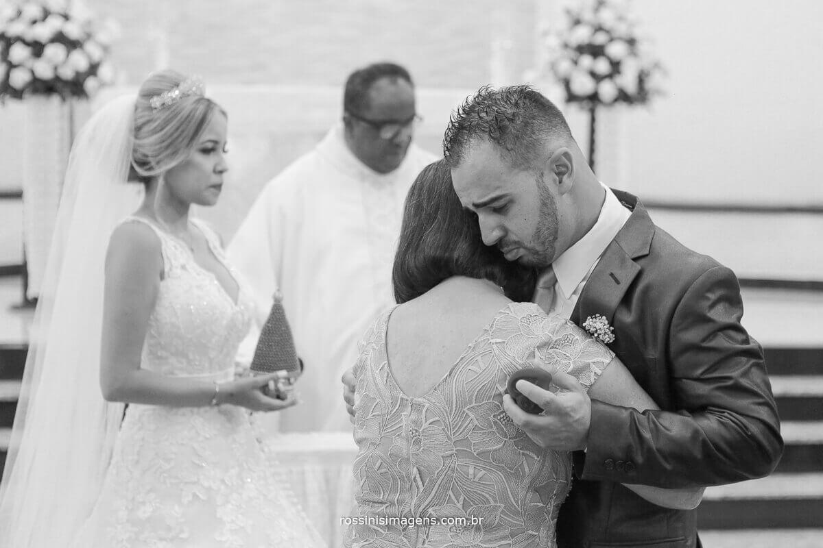 abraço do noiva em sua avó no altar, rossinis imagens foto de casamento