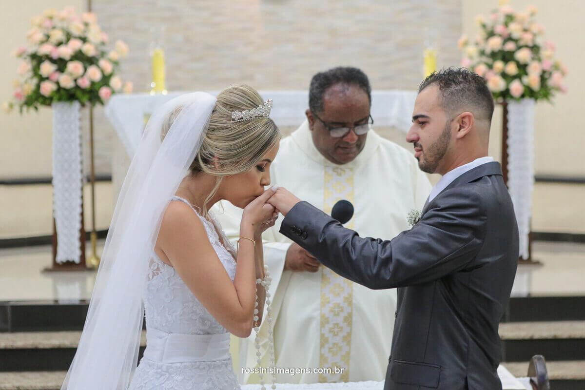 foto de noiva beijando aliança na mão do noivo, rossinis imagens foto e video de casamento em suznao, poá, ferraz, mogi das cruzes