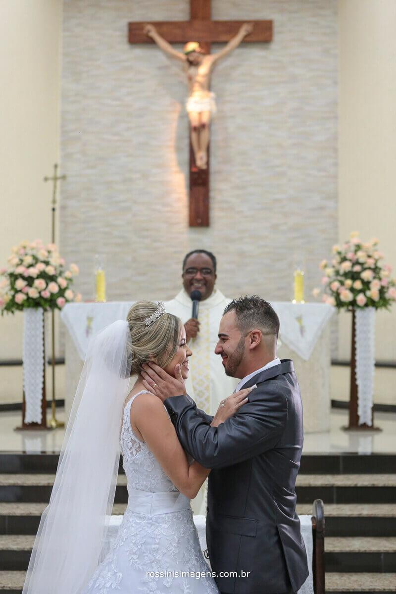 primeiro beijo de casados, jennifer e felipe na irega nossa senhora da paz em ferraz com o padre eduardo