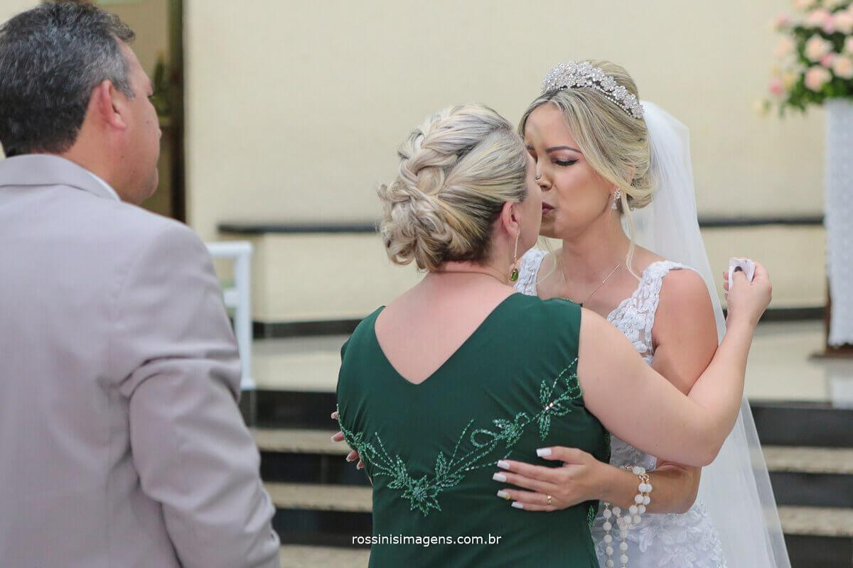 mãe e filha cumprimento dos pais para a saída dos noivos