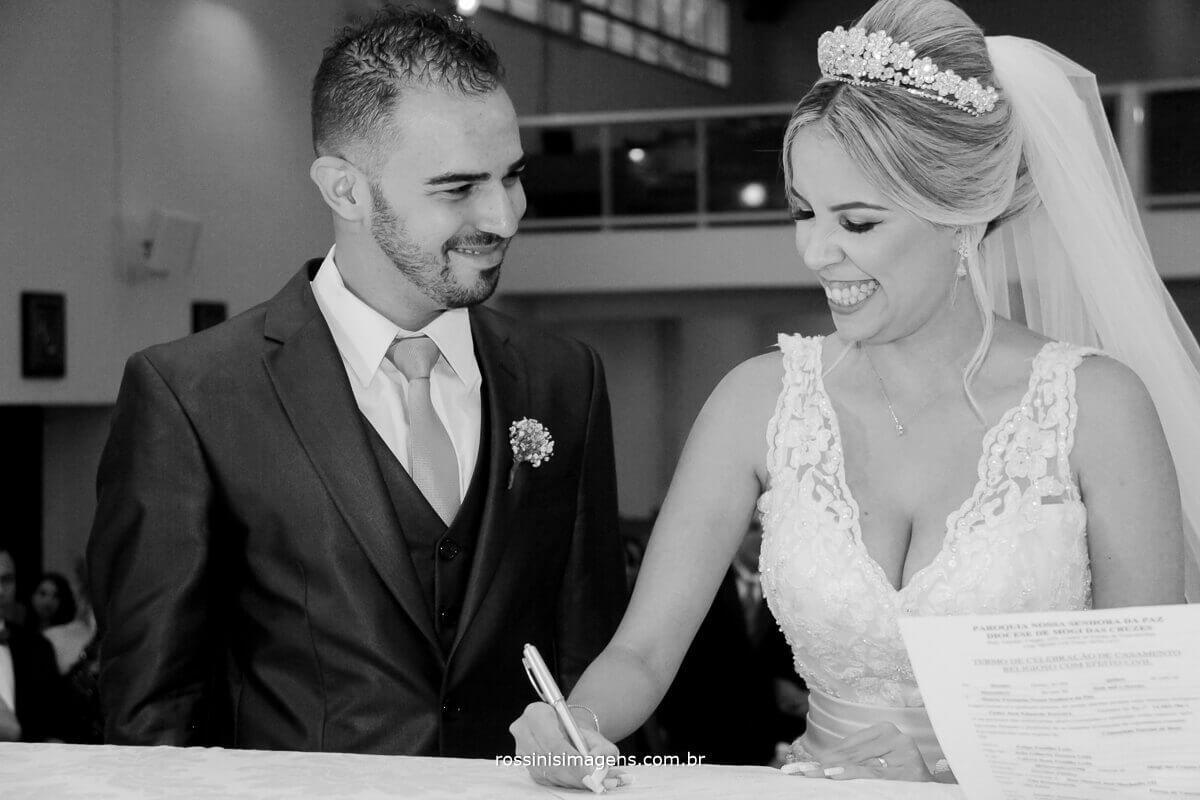 noivos assinando termo de casamento de efeito civil realizado na igreja, rossinis imagens fotografo de casamento, filmagem de casamento