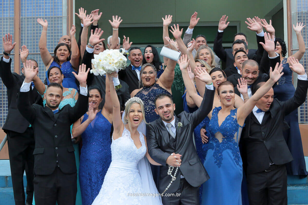 padrinhos e noivos na porta da igreja gritando de felicidade, viva os noivos, fotografia aéreas com drone, drone em casamento