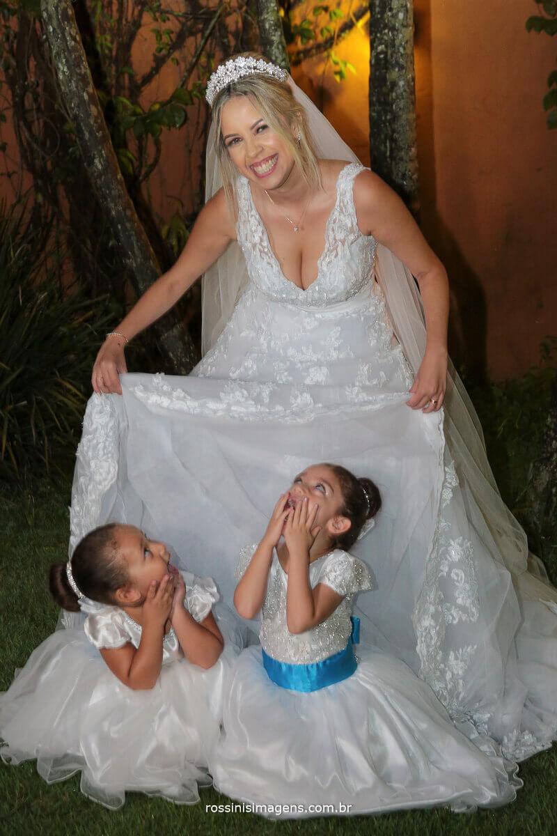 daminha embaixo do vestido da noiva, damas brincando de esconde esconde, crianças no casamento