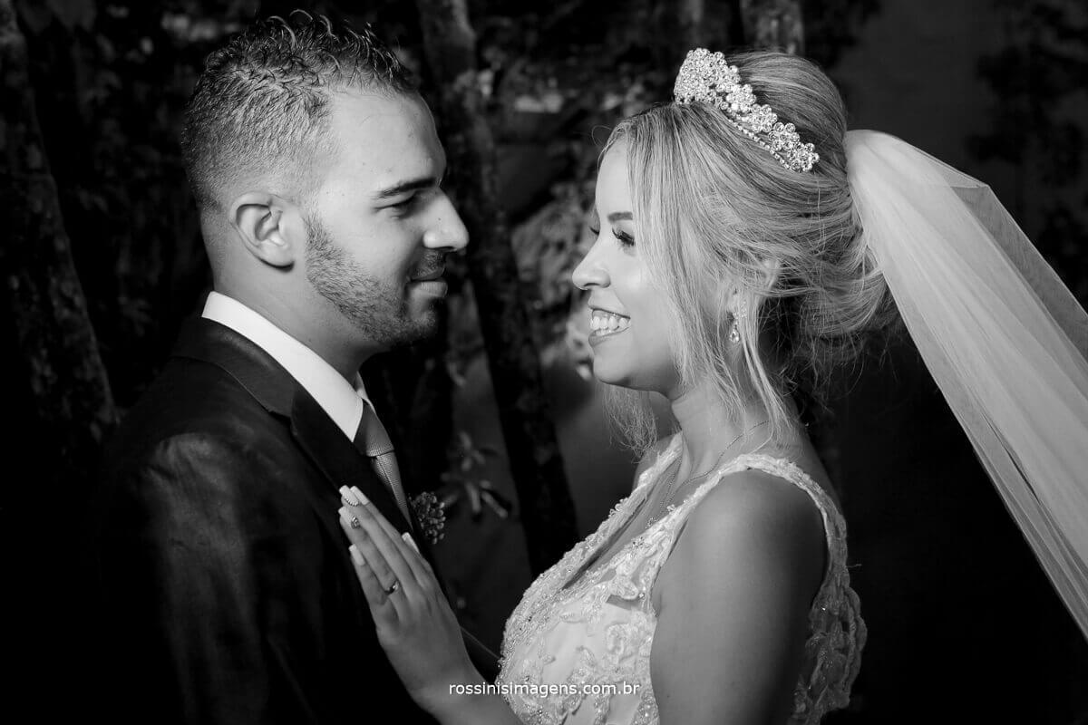 noivo e noiva de frente um para o outro em momento de alegria e união, rossinis imagens fotografia de casamento em poá, casamento na jennifer e felipe